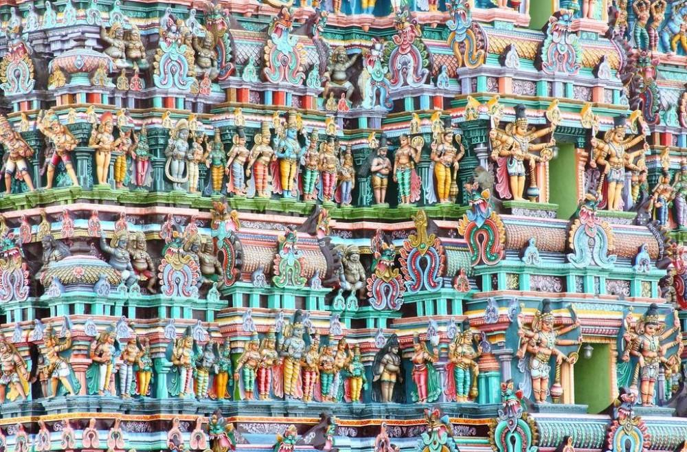 Все стены храмового комплекса покрыты тысячами тысяч каменных скульптур — животных, богов и демонов