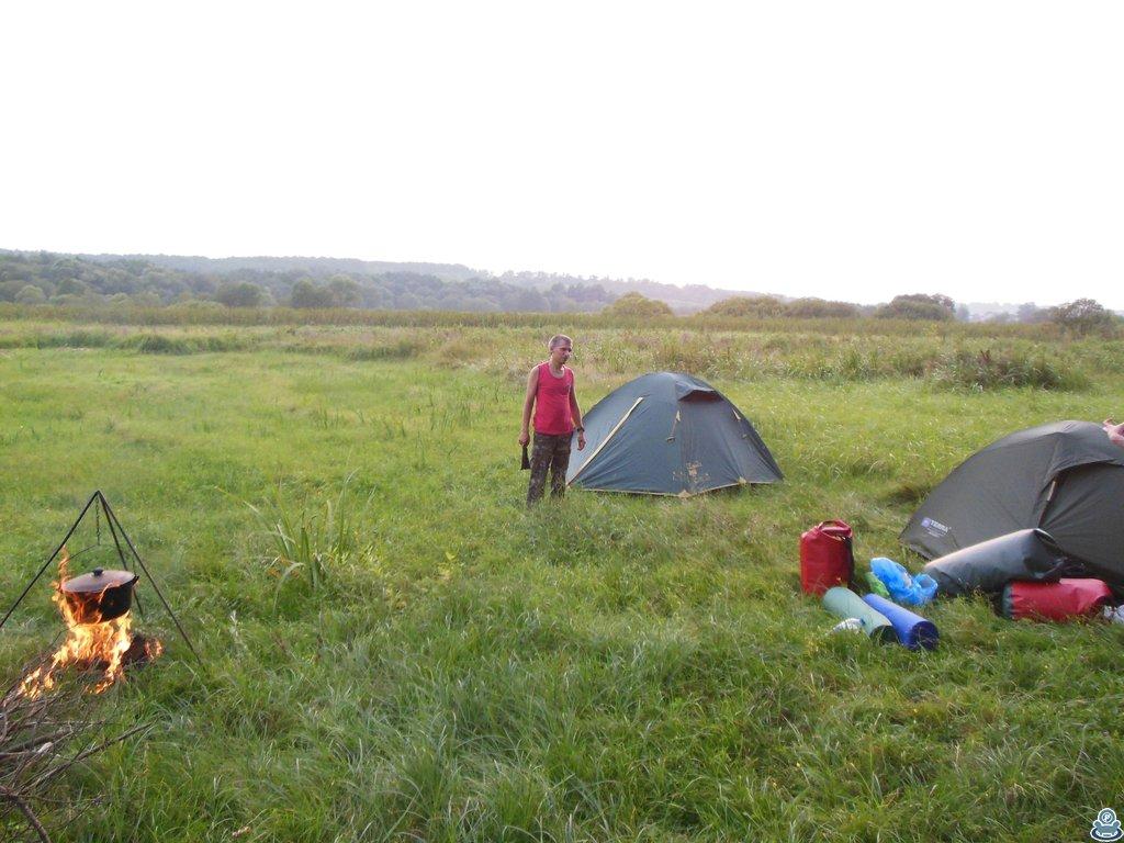 Палатки возле реки Боромли