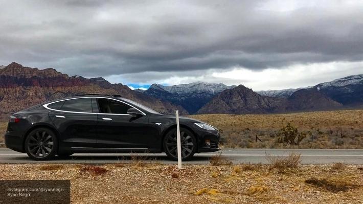 Владелец Tesla застрял среди пустыни из-за отсутствия мобильной связи