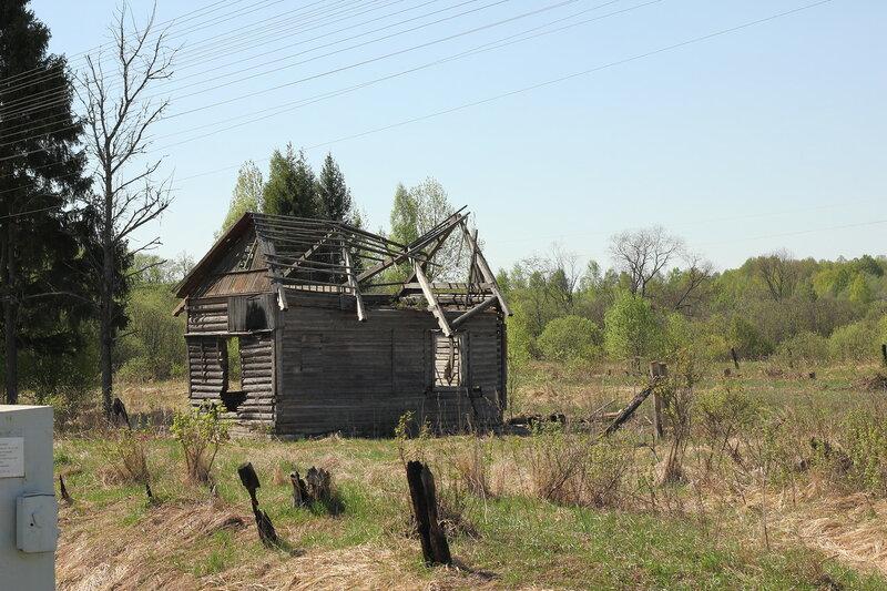Бывший домик дежурного по переезду у деревни Папино у нечётного входного станции Рождествено