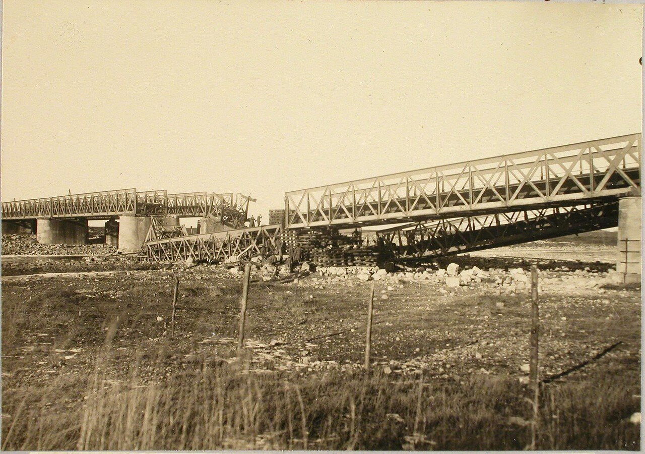 81. Солдаты бригады во время восстановления моста (подъем упавшей фермы). Галиция, ст. Тарнов