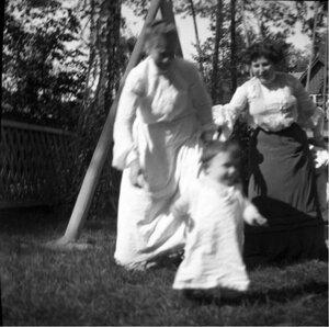 1904. Вешняки. Леночка около качелей. Сзади няня и Надежда Исааковна