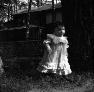 1904. Вешняки. Леночка около клумбы. Позади дача