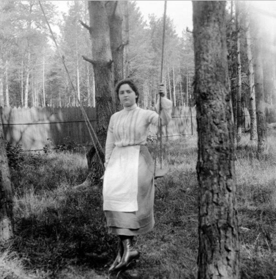 1904. Вешняки. Маня на качелях