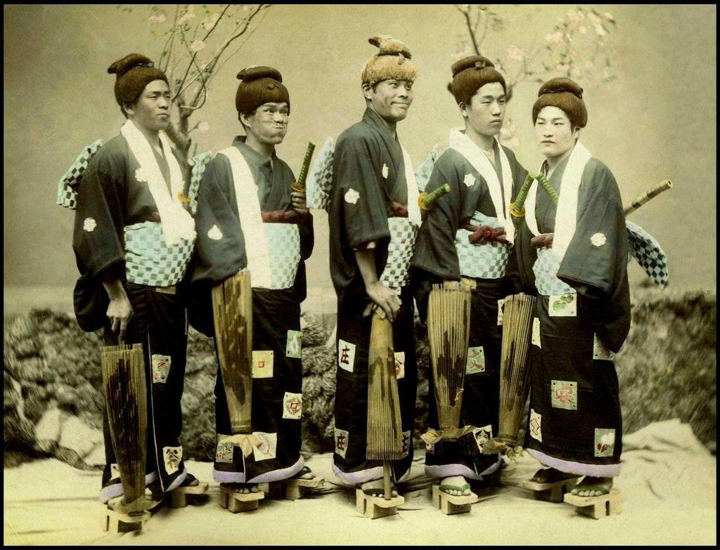 Японцы в забавных костюмах