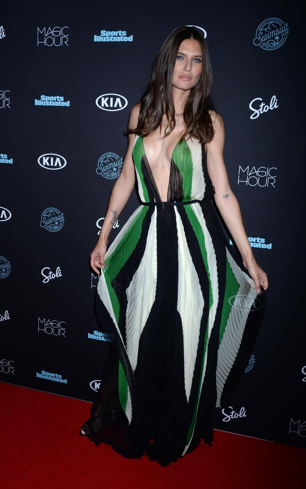 Бьянка Балти в просвечивающем платье