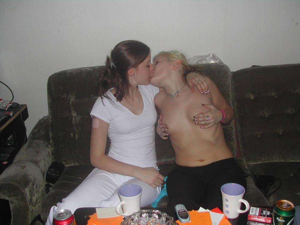Горячие поцелуи девушек (18+)