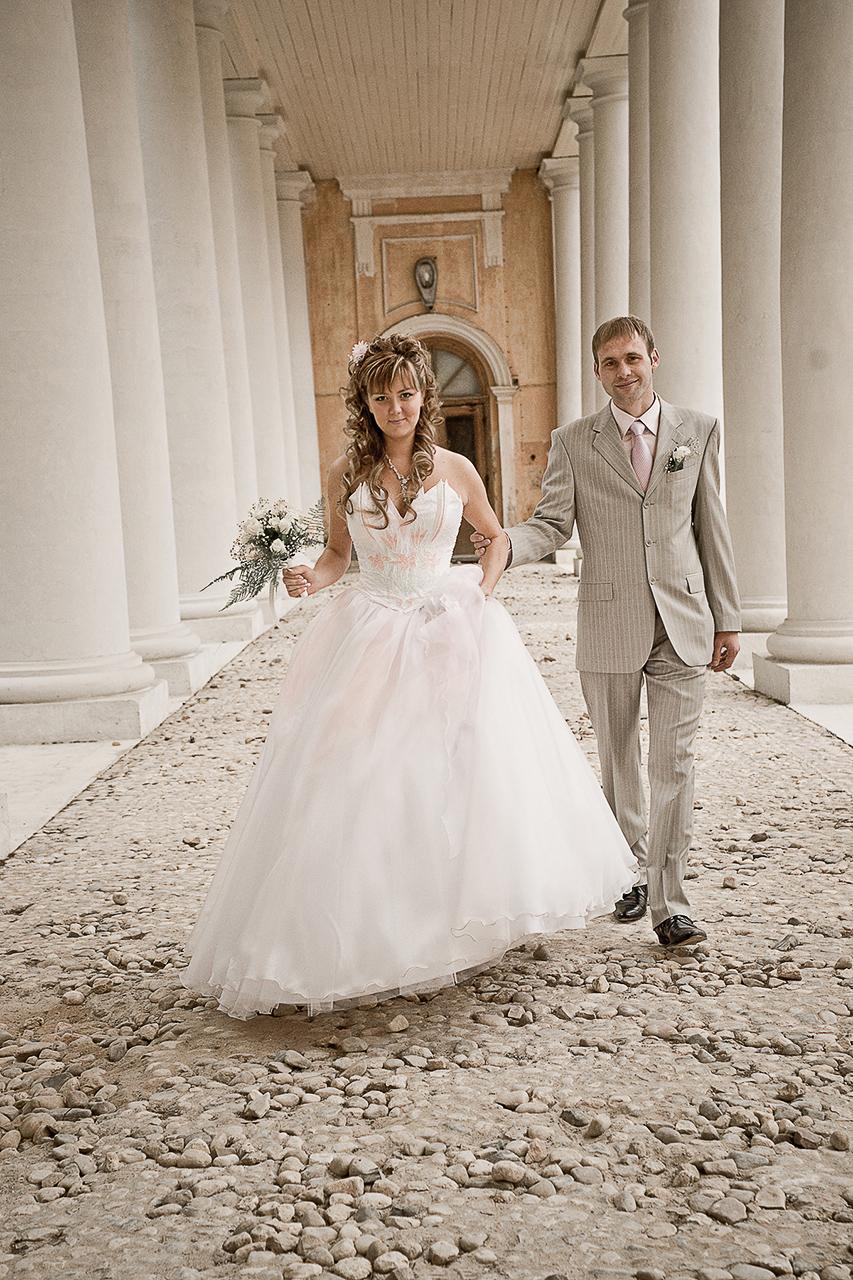 например, стоимость свадебной фотосессии зимой, всегда немного ниже чем летом, по причине разной загрузки.