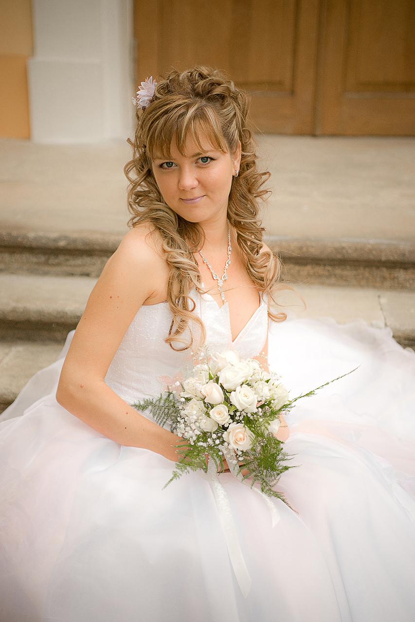 Стоимость любой фотосъемки (стоимость свадебной фотосессии в частности) зависит от того, сколько нужно снимать, когда снимать, сколько обрабатывать, и как быстро нужен результат.