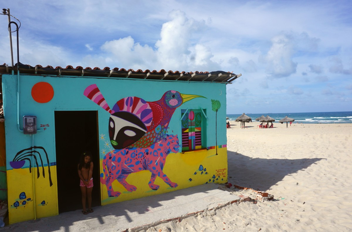 COSMIC BOYS realizam acao artistica numa vila em Fortaleza