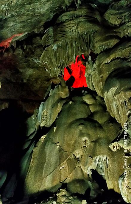 подсветка в Новоафонской пещере
