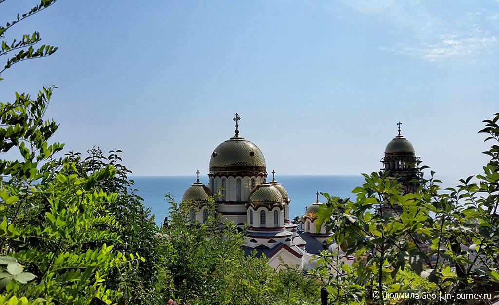 вид на купола Новоафонского монастыря с тропы на гору Акун