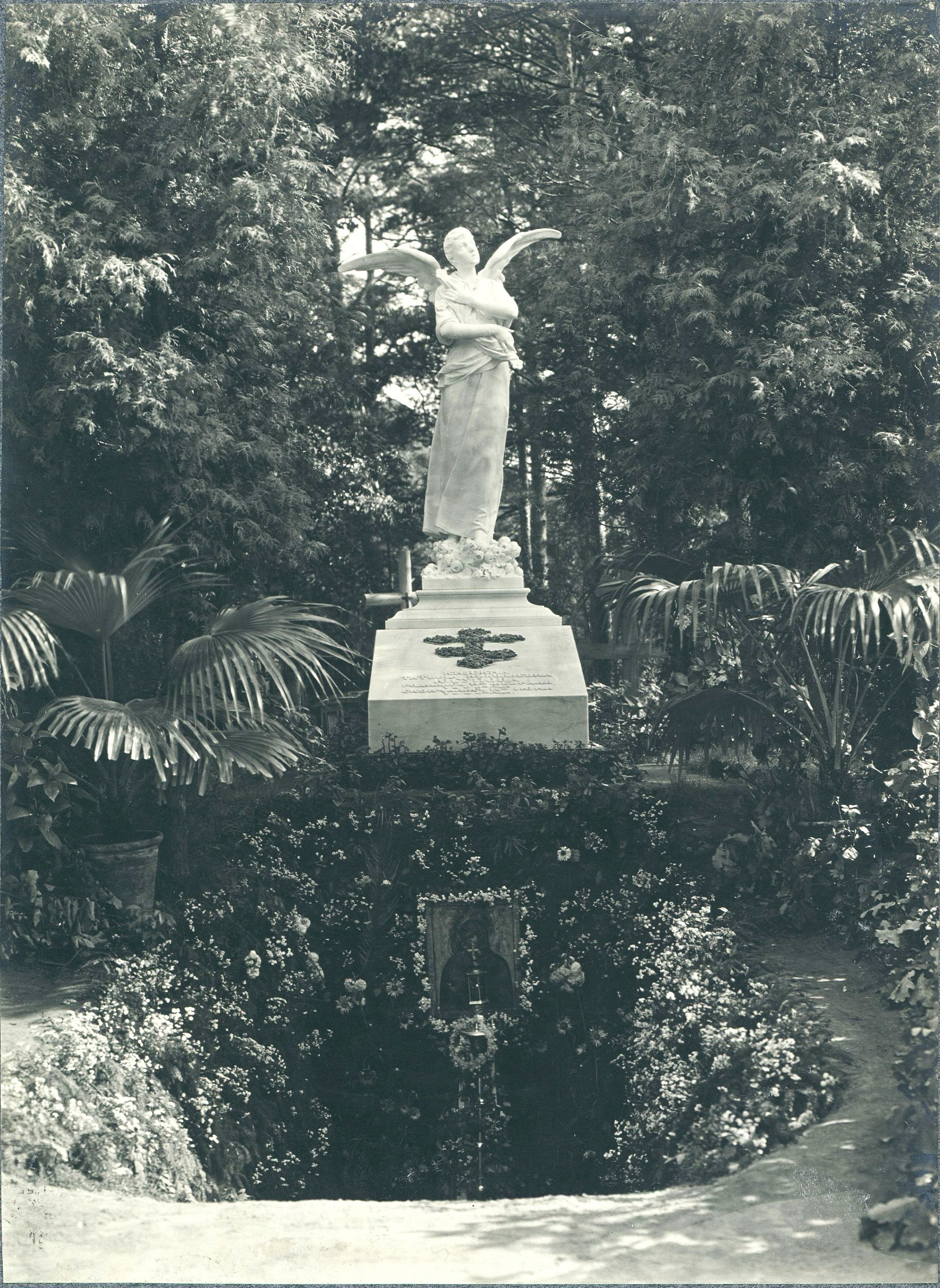 Могила княжны Т.Н. Юсуповой у церкви Архангела Михаила. Надгробье со скульптурой «Ангел» работы Антокольского