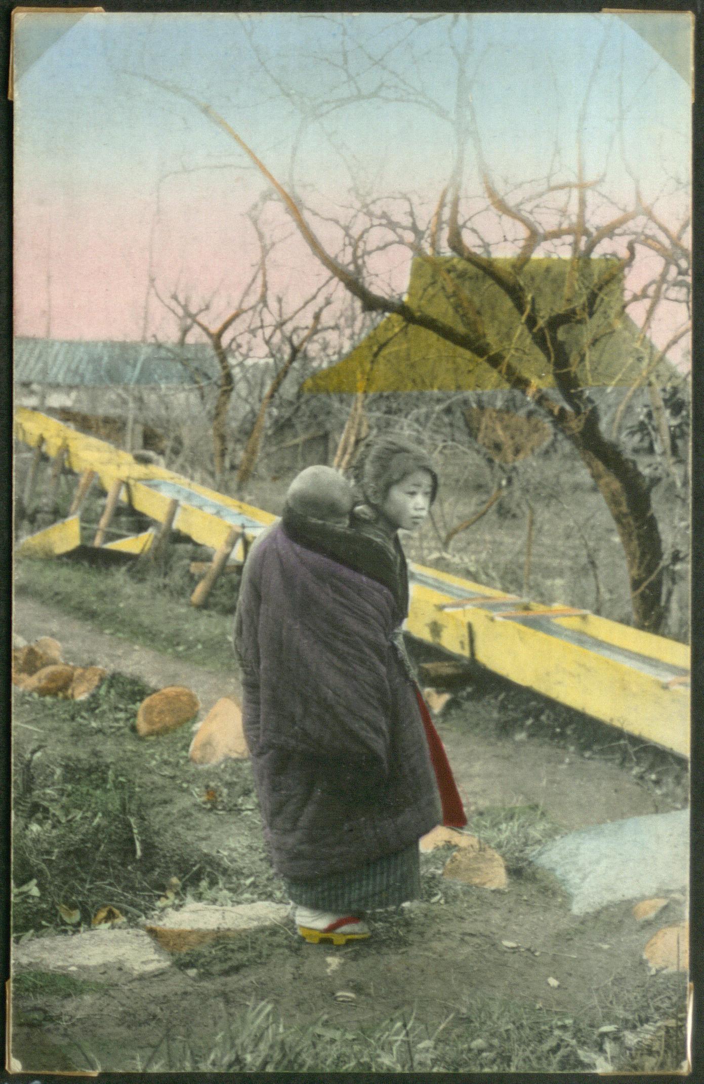 Женщина с ребенком на спине в деревне