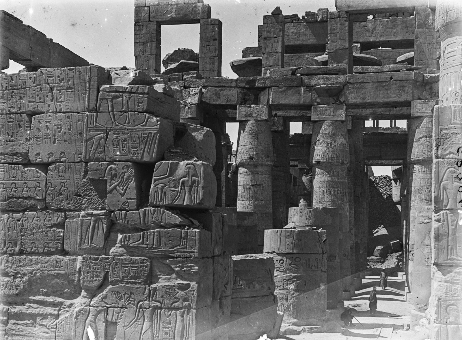 Карнак. Каменная стена с иероглифами в храмовом комплексе