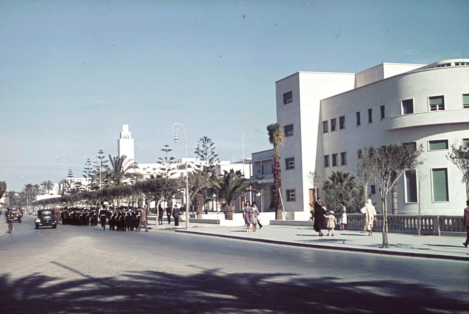 Триполи. Военные на дороге
