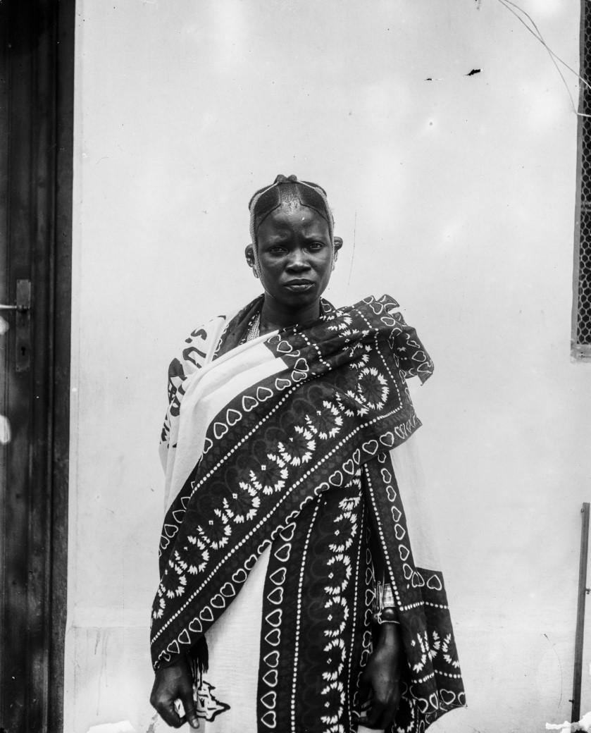 07. Антропометрическое изображение женщины суахили, предположительно проститутки. Снято во дворе торгового дома «Траун, Стуркен и Деверс»