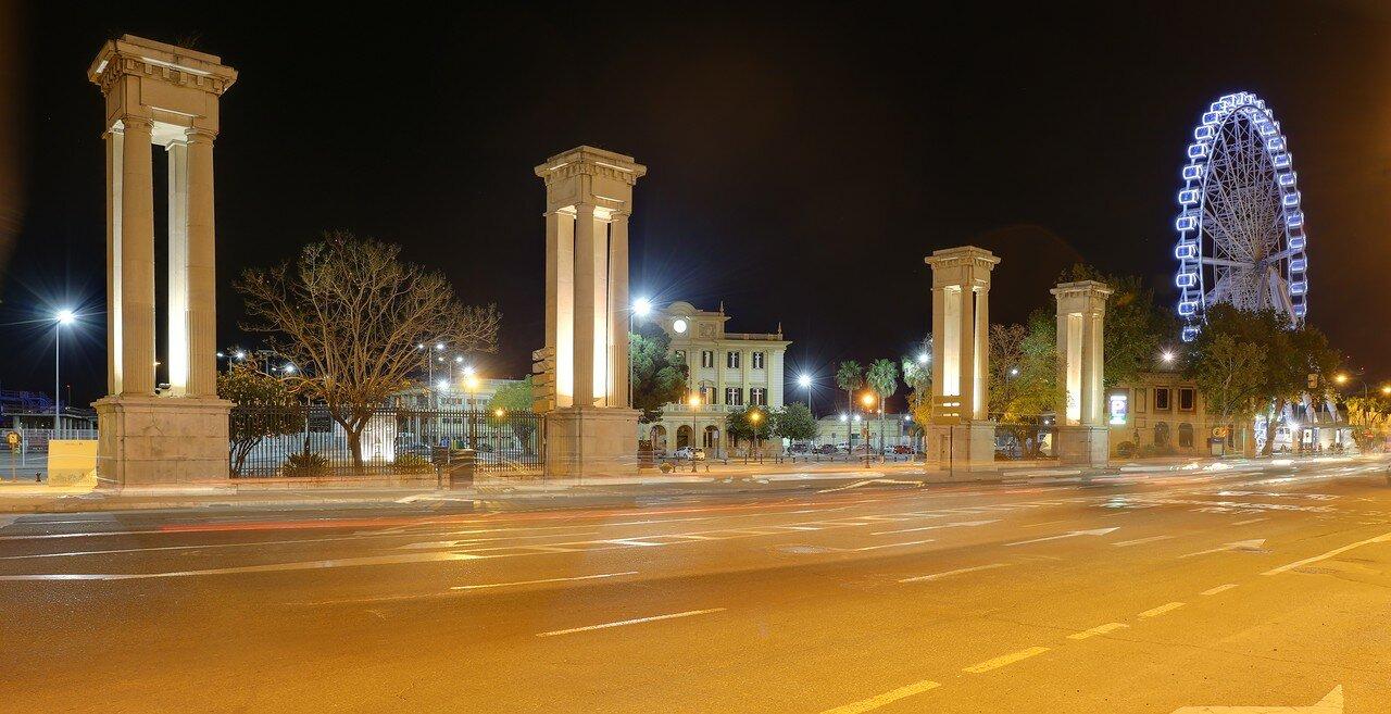 Ночная Малага. Главные ворота порта