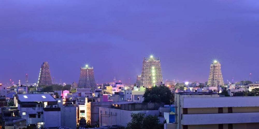 Башни Минакши— самые высокие строения вгороде, ихвидно над всеми крышами. Поночам башни освещены