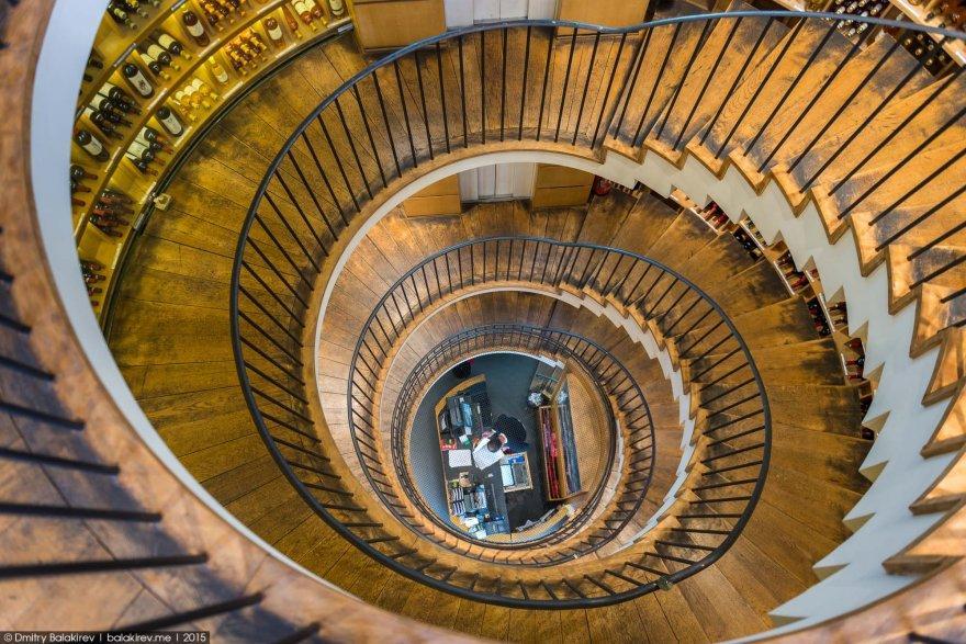 3. …огромная винтовая лестница. Примерно такие рисовало воображение в детстве, когда мы читали роман
