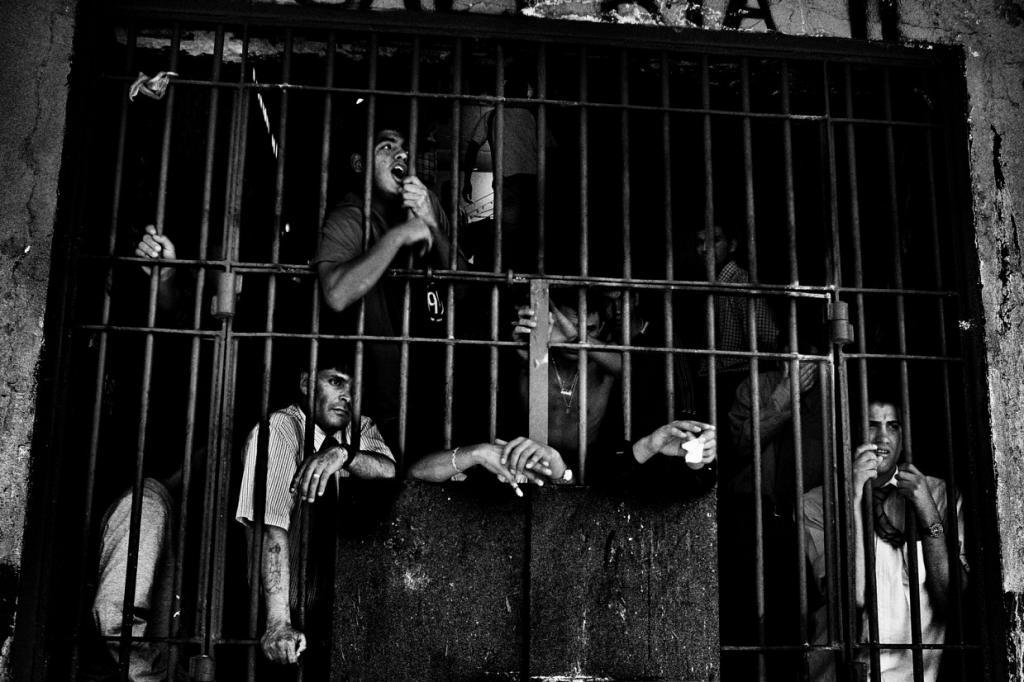 «Encerrados – это не книга о тюрьмах», – пишет Савиано. «Это книга о потерянной свободе, о свободе,