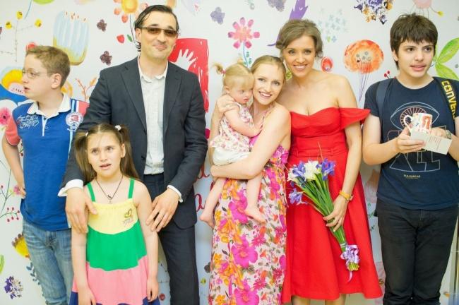 Супруги уже несколько лет занимаются помощью детям сДЦП, синдромом Дауна иаутизмом. Три года назад