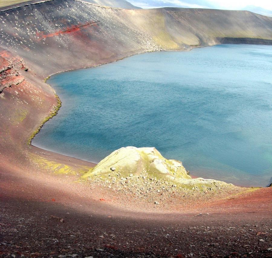 3. Остывшая лава и горные породы сформировали гипнотический и яркий рисунок, который можно наблюдать