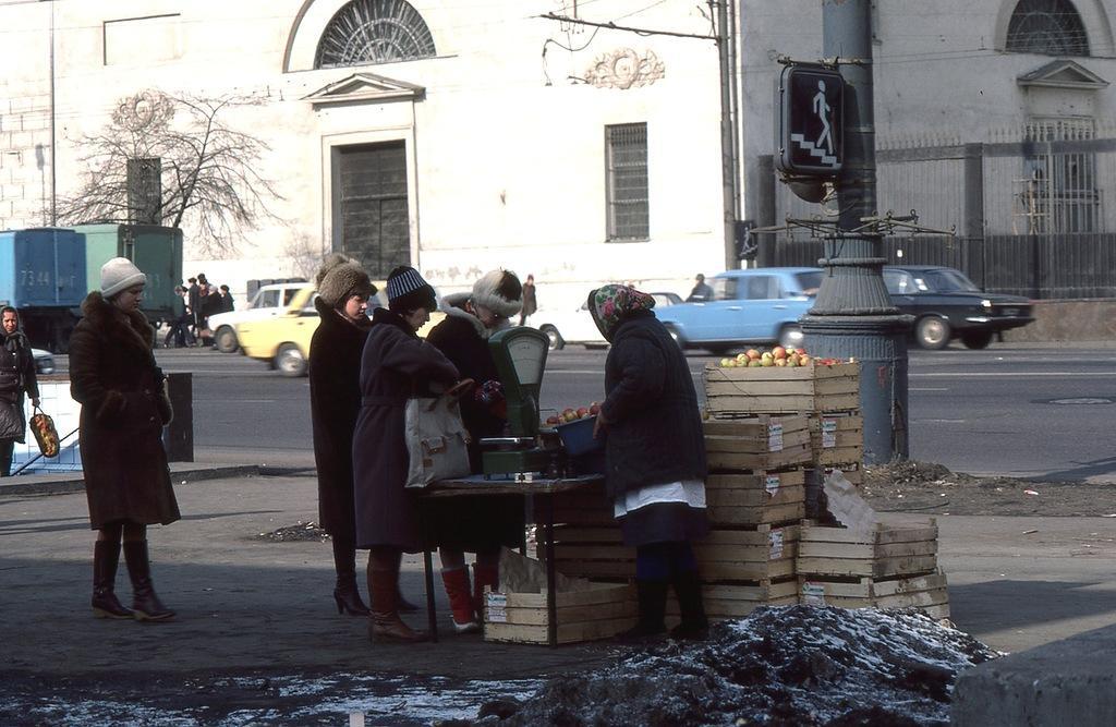 Торговля фруктами на Садовом кольце в районе Парка Культуры. В отличие от большинства других зап
