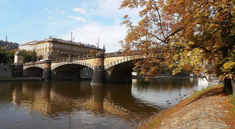 Помимо атмосферной архитектуры, мост Легионов примечателен еще и тем, что с него можно попасть на Ст