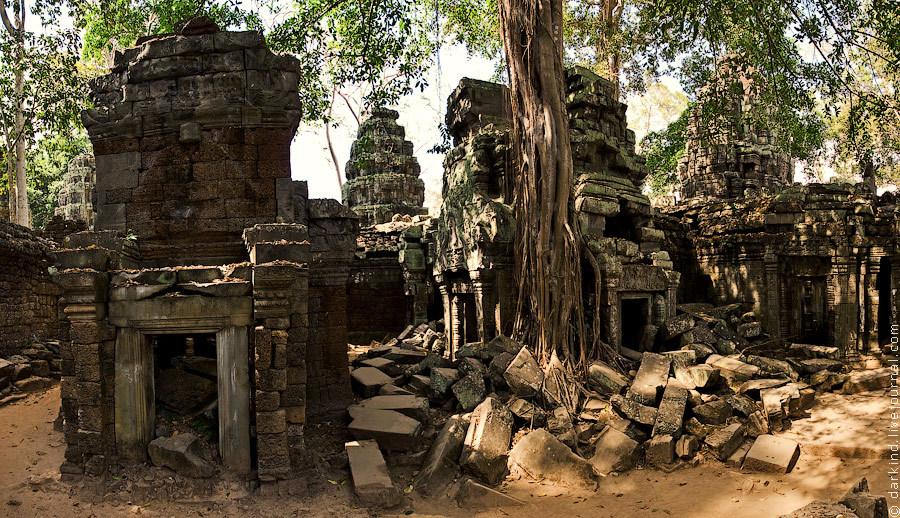 Центральная часть храма. Кучи блоков то тут, то там говорят о том, что когда-то храм был в лучшей фо