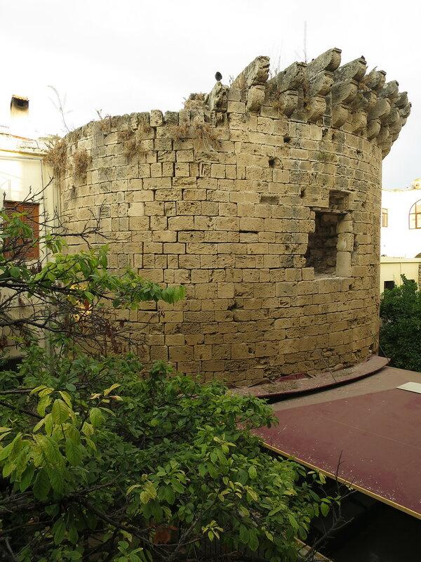Кирения. Полукруглая башня (B) городских укреплений