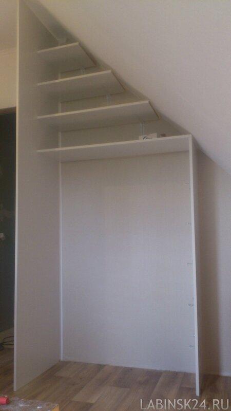 Шкаф гардеробной под мансарду