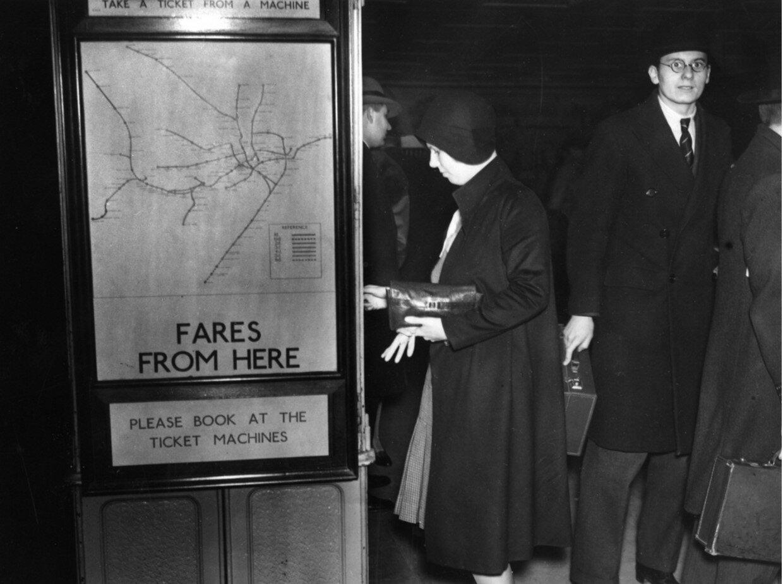 1930. Пассажирка берет билет из автомата на площади Пикадилли