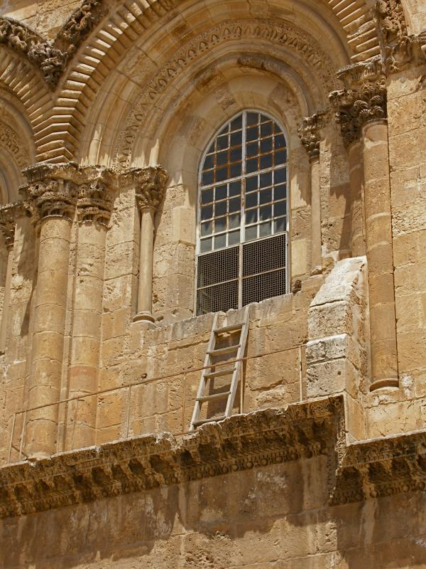 Immovable_ladder_on_ledge_over_entrance_to_Church_of_the_Holy_Sepulchre (1).jpg