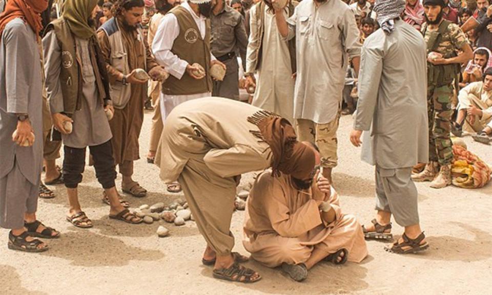 В ИГИЛ изменщиков забили камнями