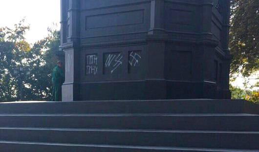 В Киеве вновь осквернили главный монумент города (фотофакт)