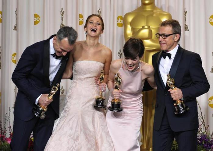 Фото, как знаменитые актеры смеются на съемочной площадке