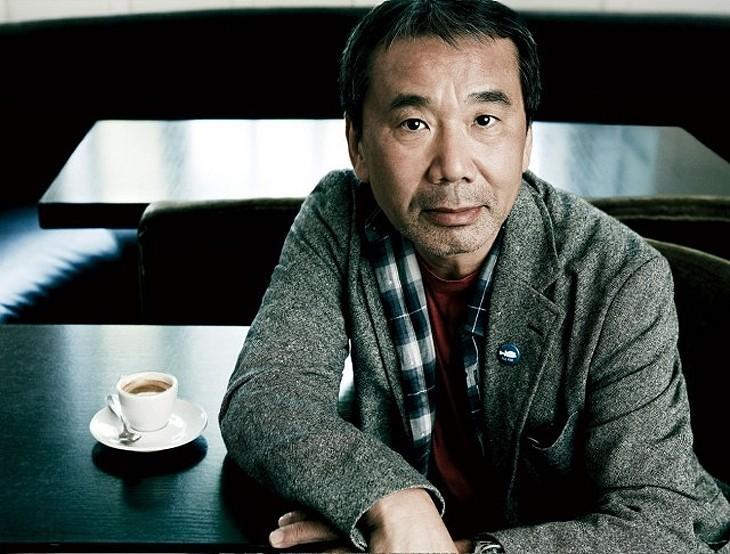 6. Харуки Мураками (род. 1949) встает в четыре утра и пишет шесть часов подряд. После работы бегает,