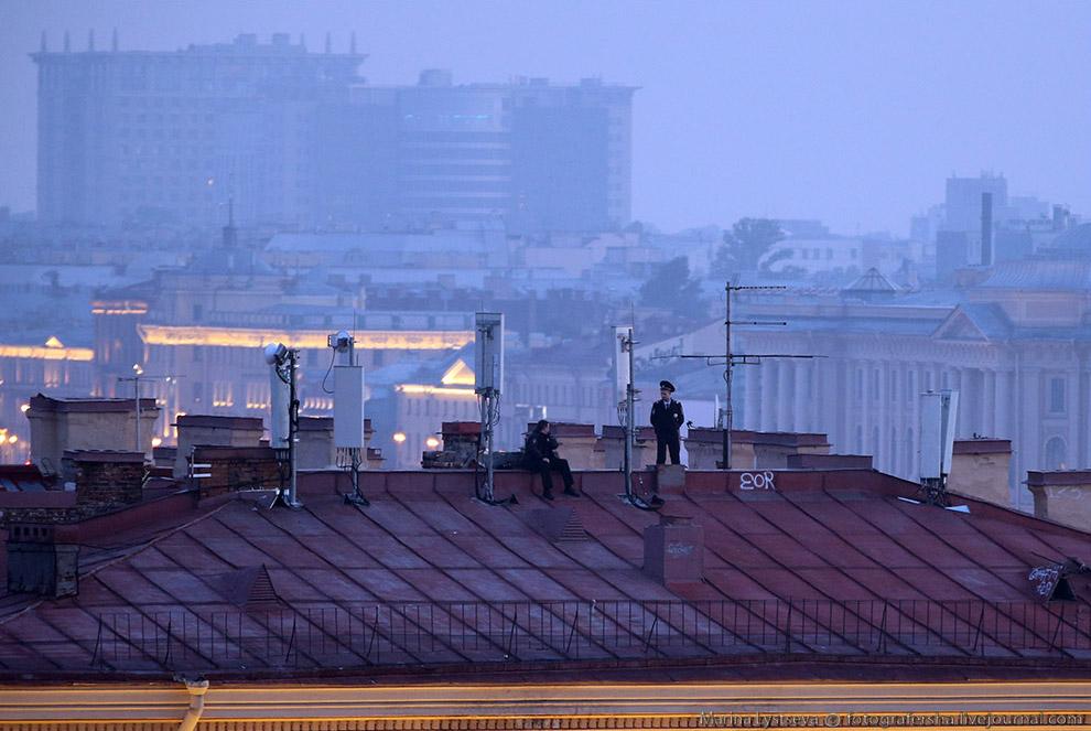 6. Около 11 вечера начался концерт на Дворцовой площади, где ведущим был Иван Угрант. Открывали