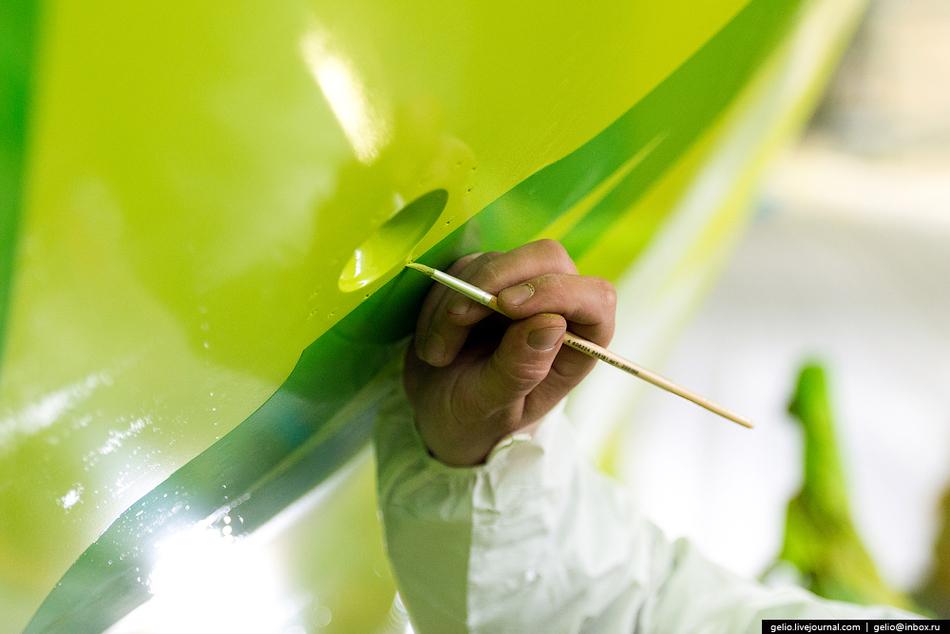 После покраски на фюзеляж наклеивают информационные плакаты и указатели местоположения речевого и па