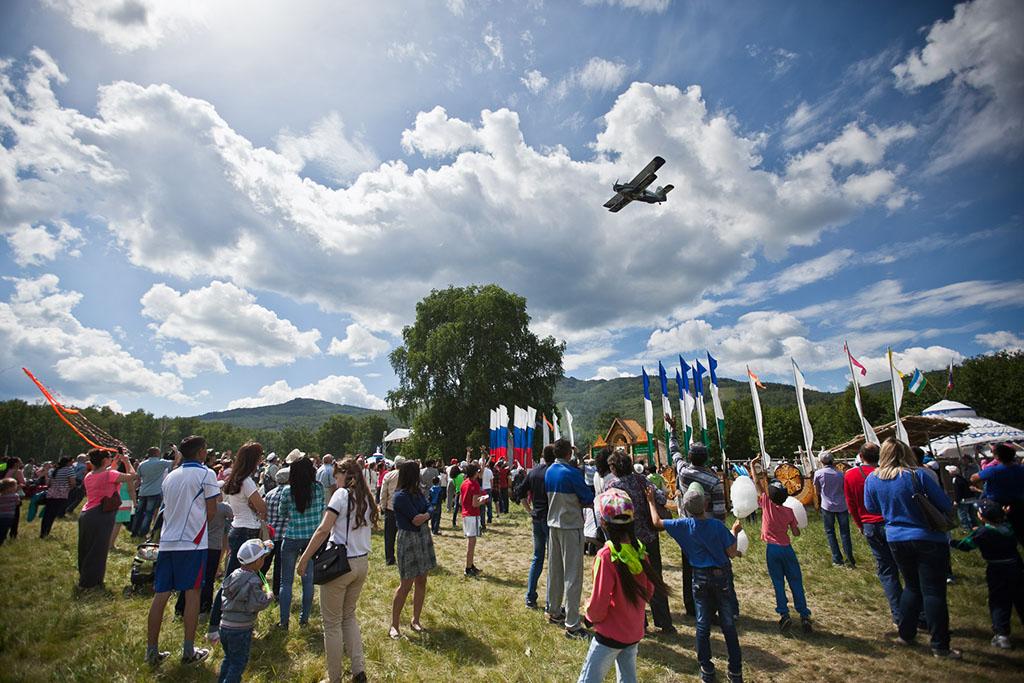 После завершения программы с парашютами, урчащий самолет кружил над поляной сабантуя!