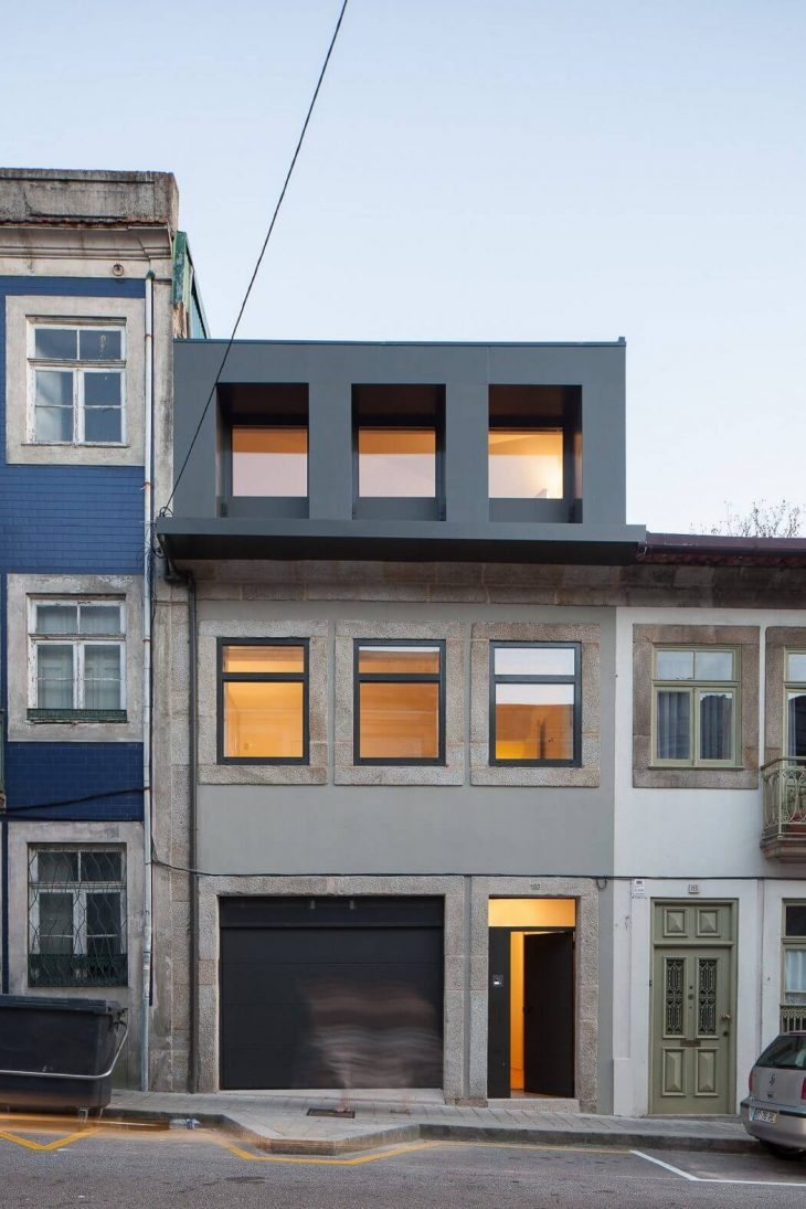 Boavista is a single-family house refurbishment in a well-known Porto street with the same name. The