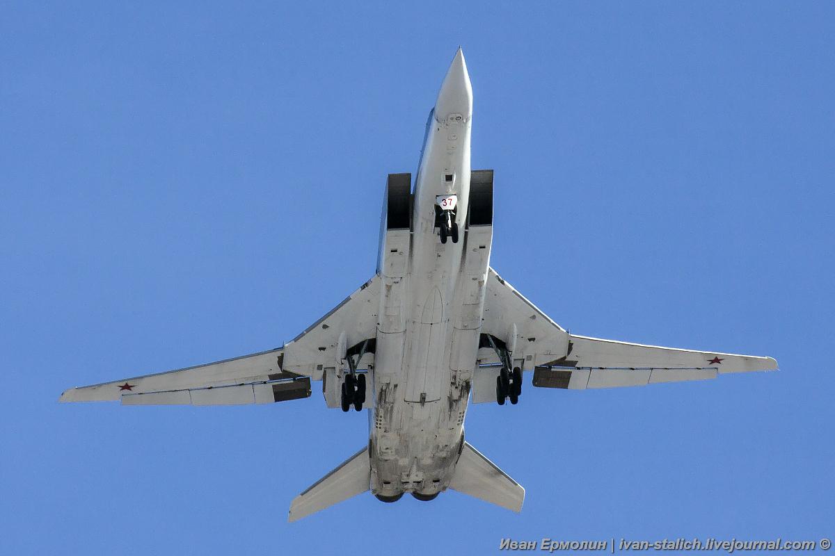 Стратегические бомбардировщики-ракетоносцы над городом