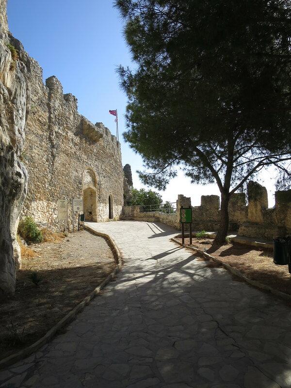 Св. Илларион. Главный вход в замок