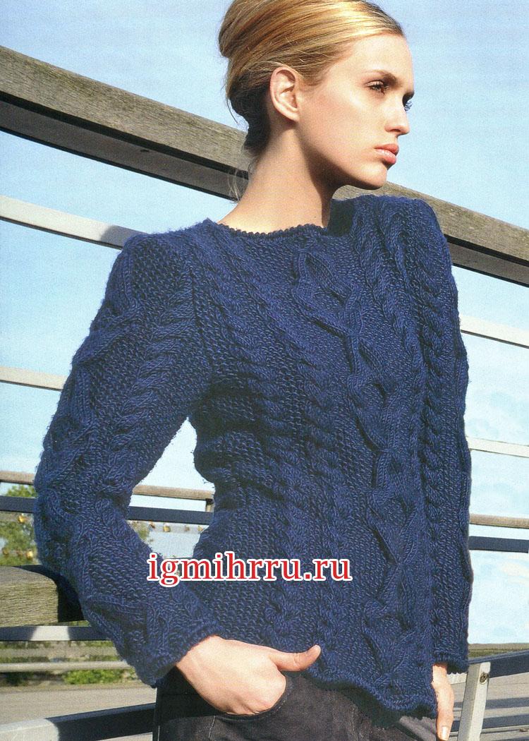 Темно-синий шерстяной пуловер с рельефными узорами. Вязание спицами