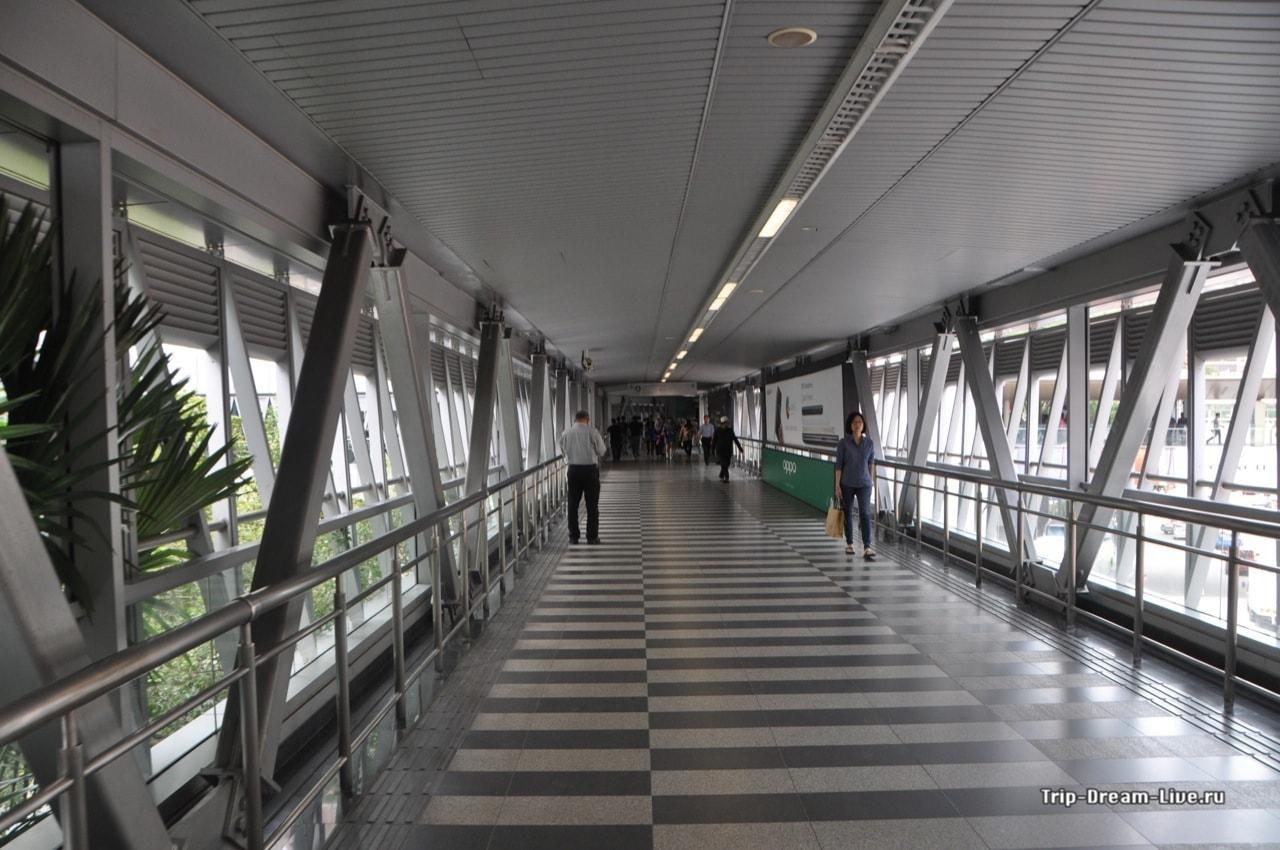 Идем по крытым переходам к Petronas Twin Towers
