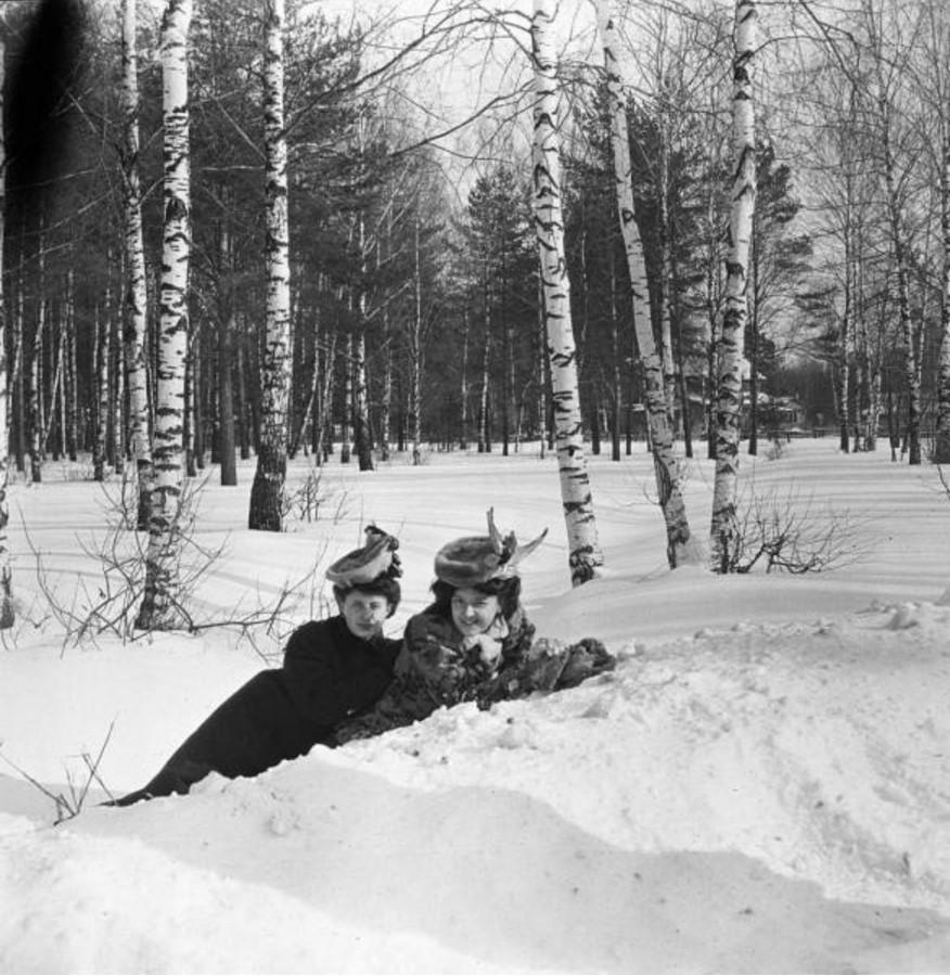 Прогулка в Петровско-Разумовское. «Густя и Тина лежат в снегу»