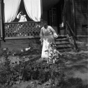 1904. Вешняки. Леночка около клумбы. Сзади дача м. Григор