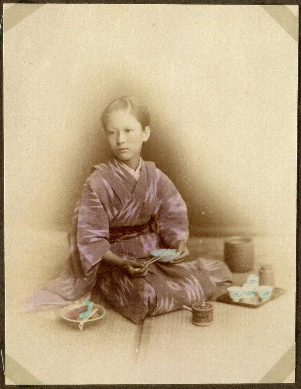 Молодая женщина во время еды