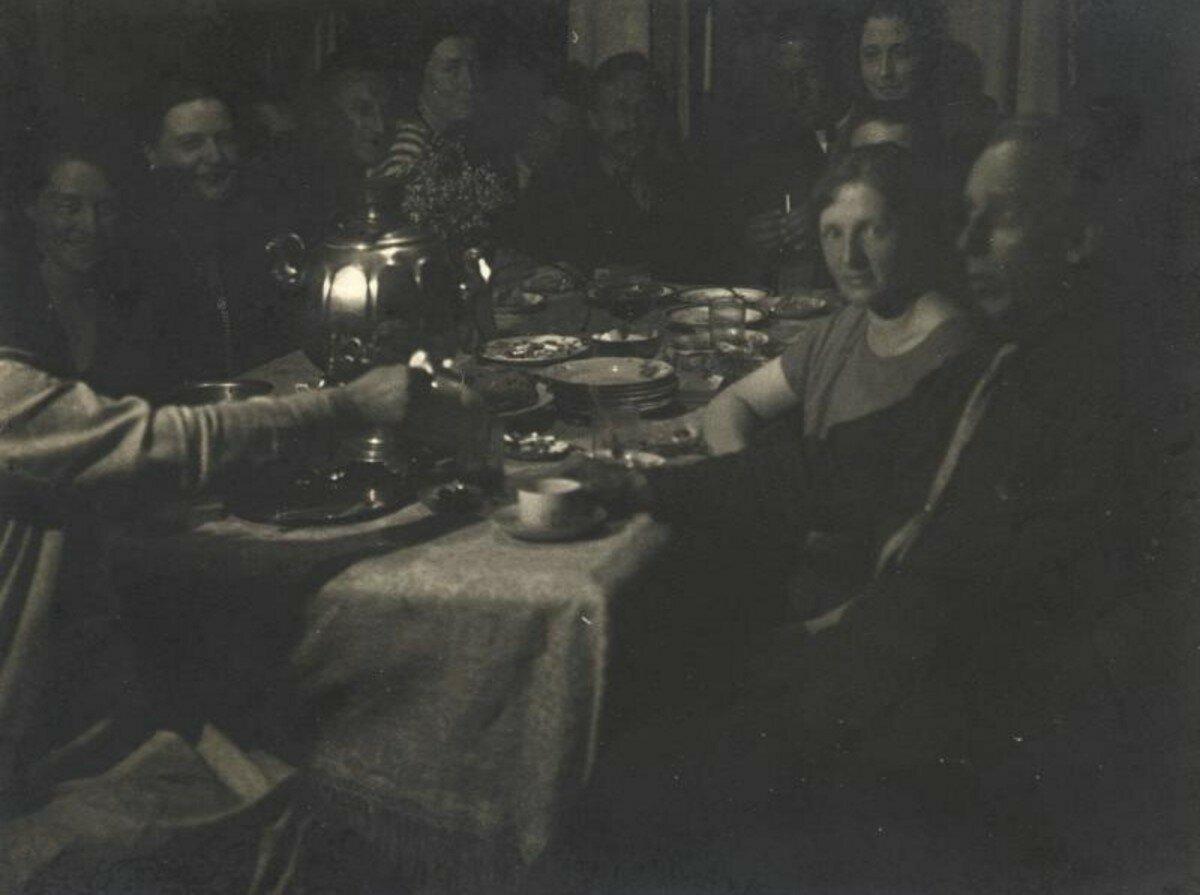 1928. Чаепитие у Левинских